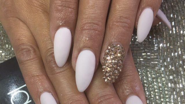 Украшение золотыми стразами на матовых накладных ногтях