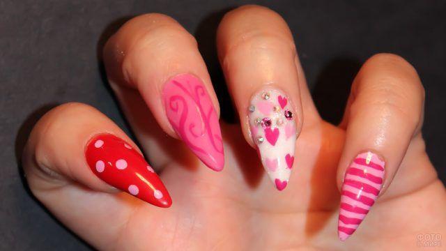 Весёлый розовый маникюр с сердечками на средних стилетах