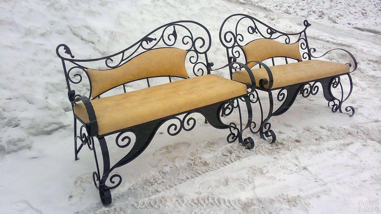 Асимметричная скамейка в зимнем парке