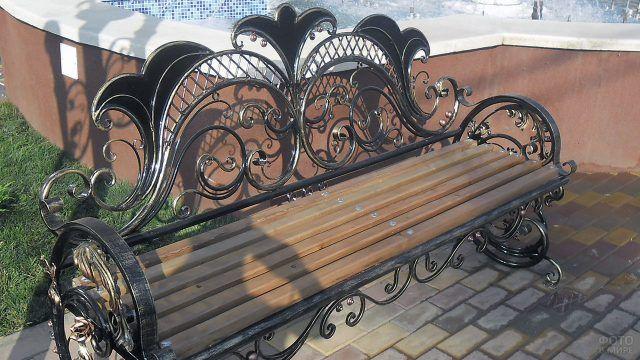 Ажурная кованая спинка садовой скамейки