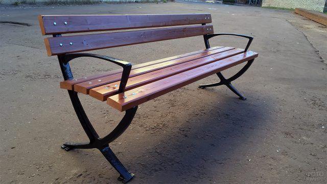 Чугунная уличная скамейка c деревянными сиденьем и спинкой