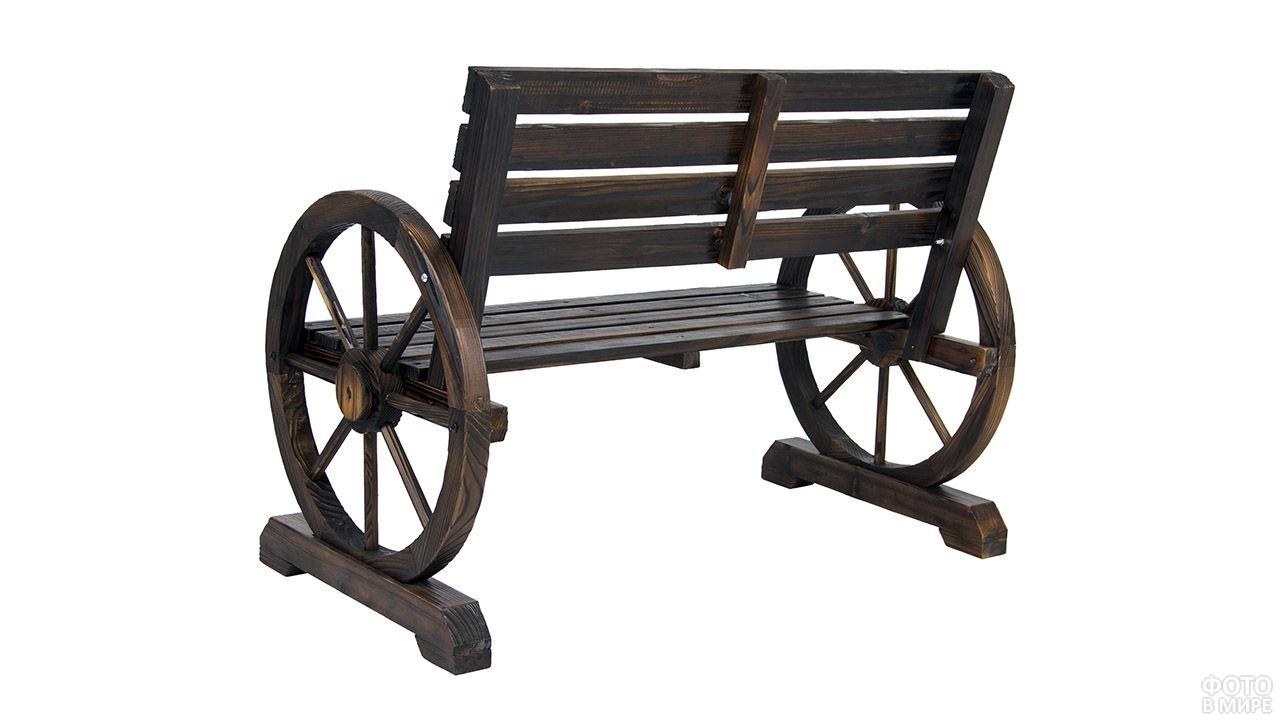 Декоративная скамейка в сельском стиле с опорами-колёсами