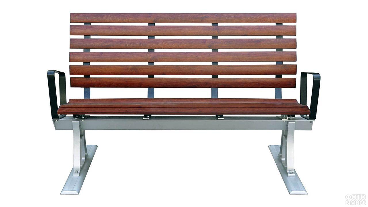 Деревянная скамейка с металлическими подлокотниками