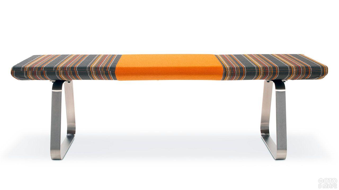 Дизайнерская скамейка с текстильным сиденьем на металлических ножках