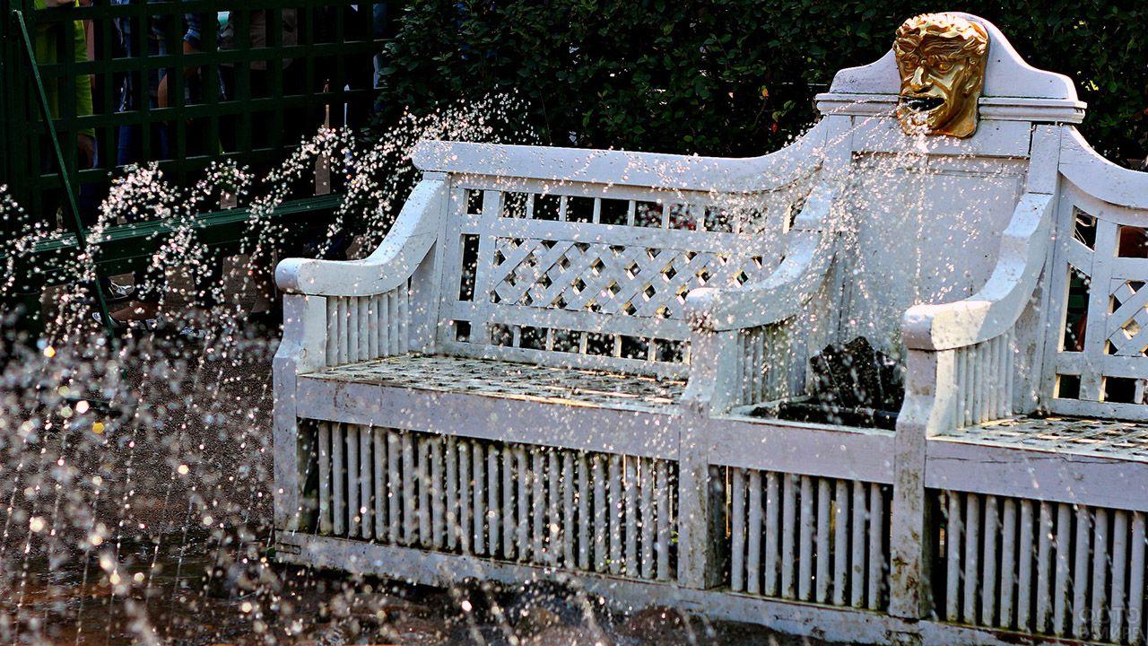 Фрагмент фонтана-шутихи в виде мраморной скамейки в Петергофе