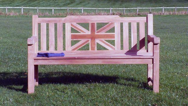 Мемориальная скамейка на зелёном лугу