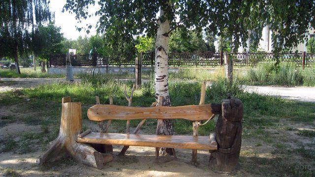 Необычная скамейка под берёзой