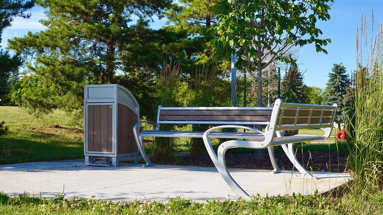 Необычная угловая скамейка в парке