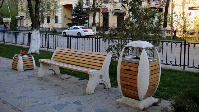 Парковая скамейка в ансамбле с урной и клумбой