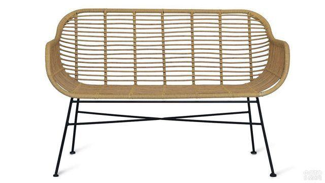 Плетёная скамейка в ретро-стиле