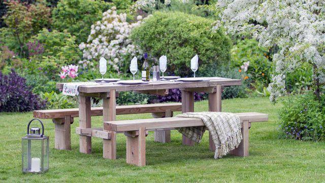 Простые деревянные лавки у накрытого в саду стола