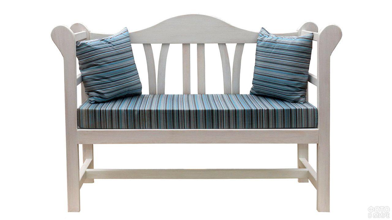 Садовая скамейка с текстильным декором