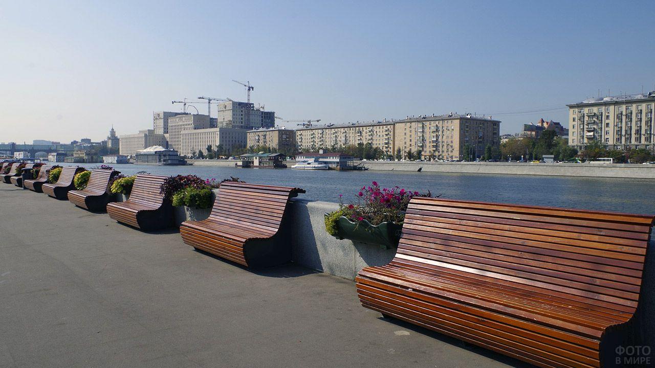 Скамейки вдоль набережной в Парке Горького