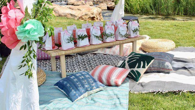 Свадебные подарки на декорированной деревянной лавке