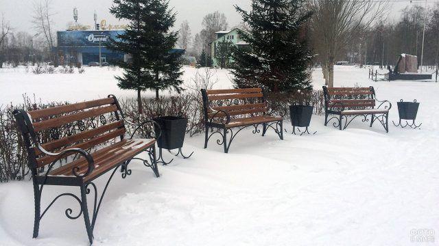 Три скамейки в зимнем сквере