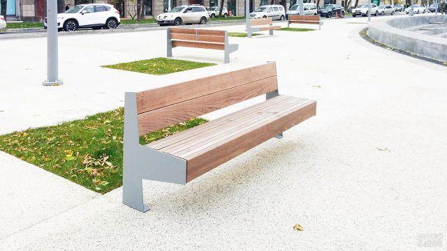 Уличная скамейка необычной геометрической формы