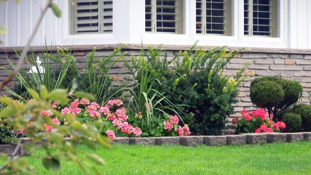 Роскошная клумба из многолетников вдоль фасада загородного дома