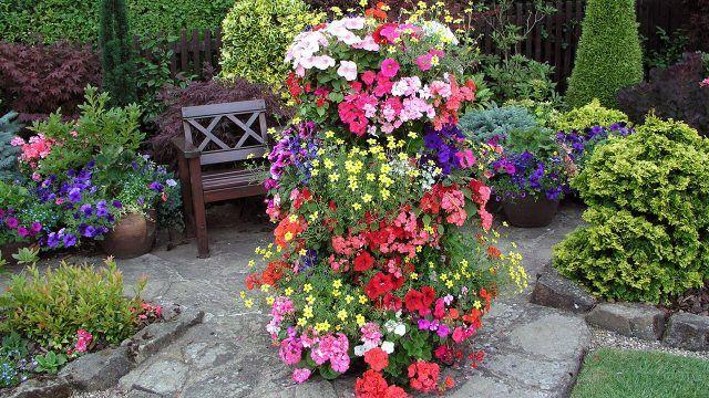 Вертикальная клумба в зелёном саду
