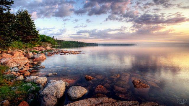 Большие камни на берегу