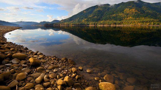 Камни в реке и на берегу