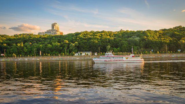 Корабль на реке Днепр