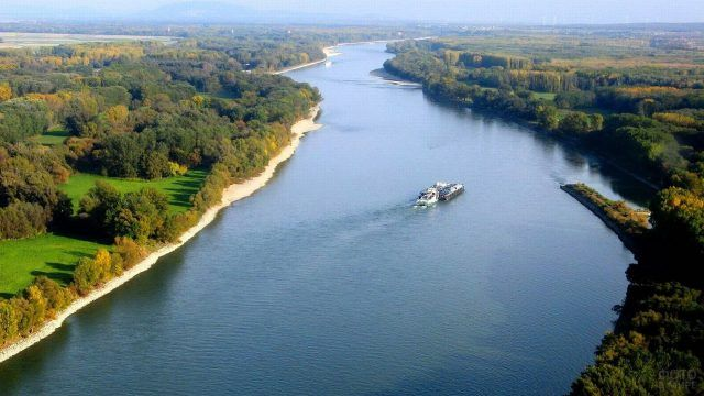 Паром на реке Дунай