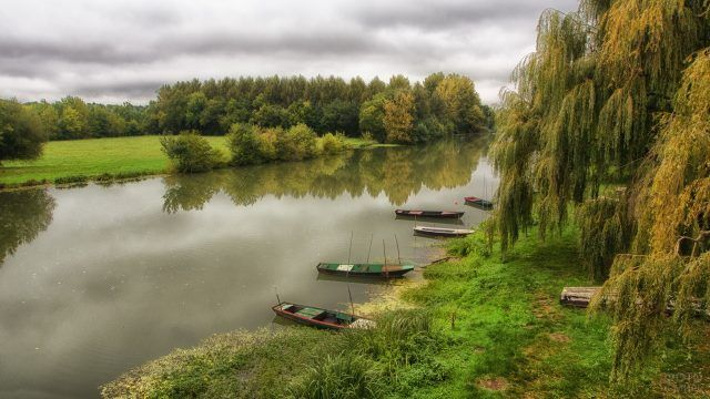 Рыбацкие лодки на реке