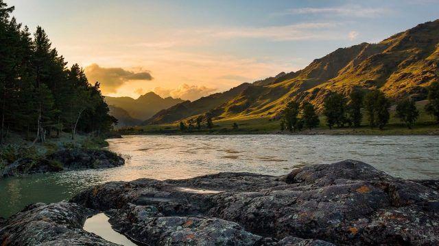 Скалистый берег реки Катунь