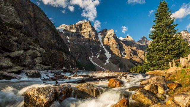 Скалы и горная река с перекатами