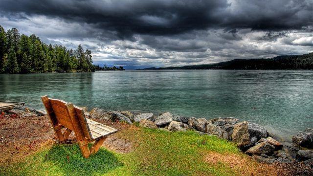 Скамейка на берегу реки
