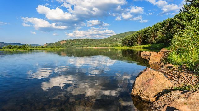 Тайга и камни на берегу реки Енисей
