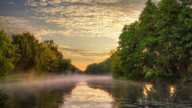 Туман над сибирской рекой на закате