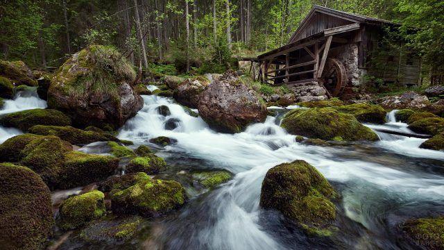 Водяная мельница на берегу горной речки