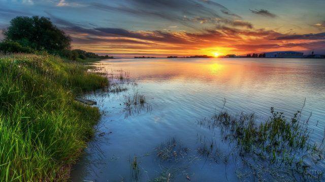 Закат на реке Волга