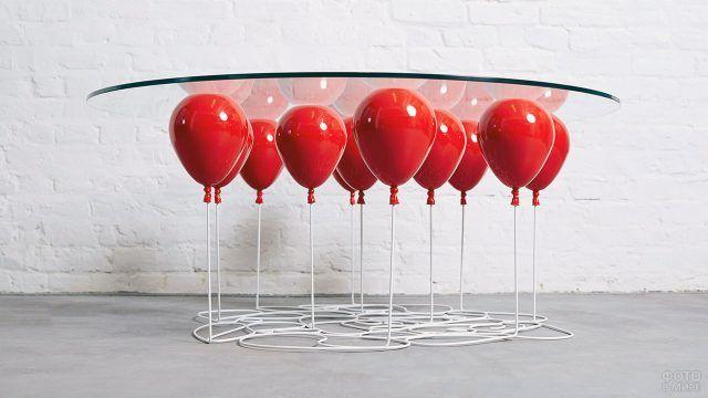 Кофейный столик с подстольем в виде красных воздушных шариков