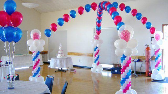Колонны и арка из шариков в трёх цветах