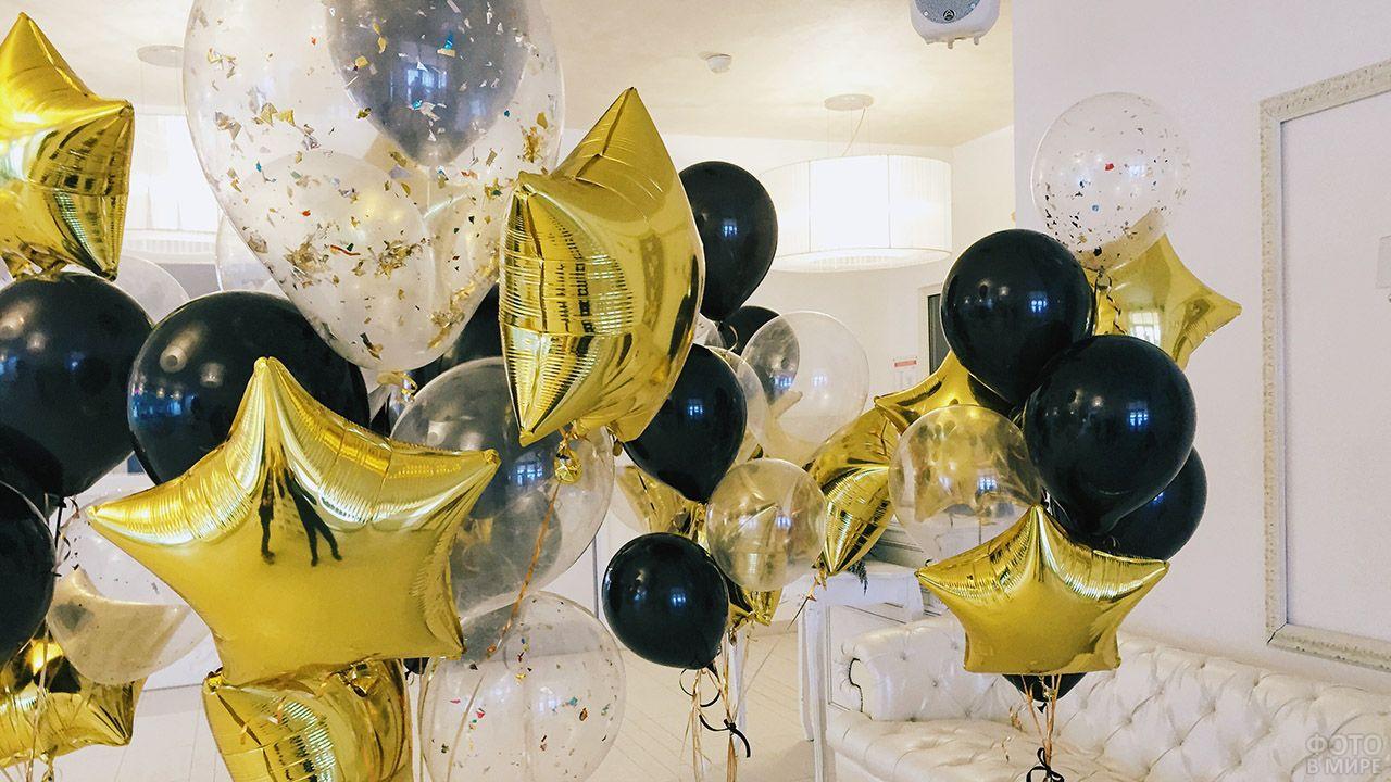 Контрастные букеты из золотых звёзд и воздушных шариков с гелием