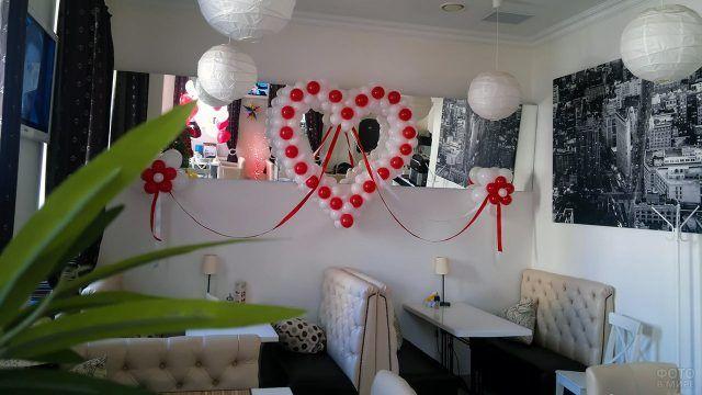 Красно-белое сердечко из воздушных шариков в монохромном интерьере
