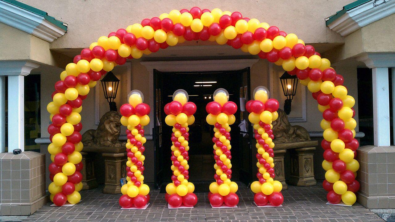 Красно-золотые витые колонны и арка из воздушных шариков