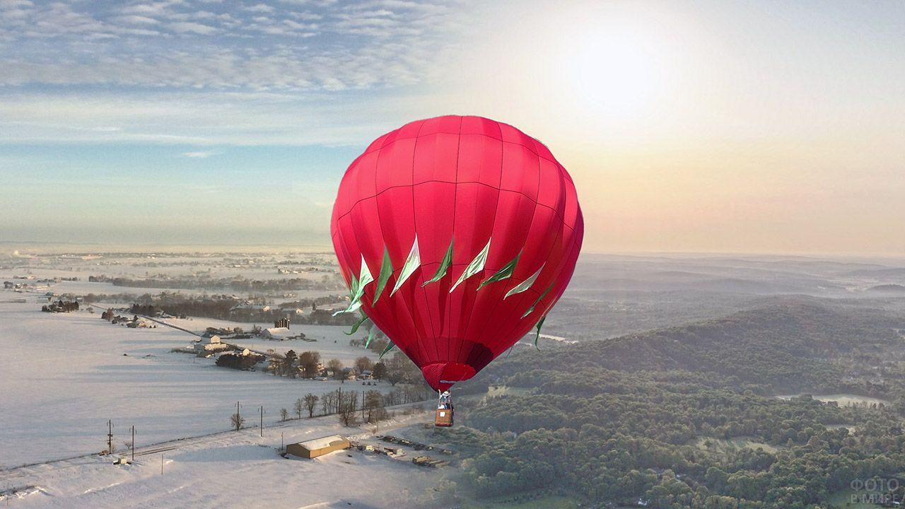 Красный воздушный шар над снежной равниной