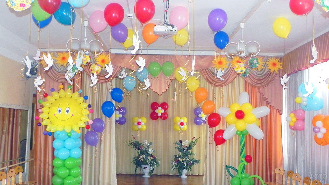 Красочное оформление детского праздника солнышком и цветами из воздушных шариков