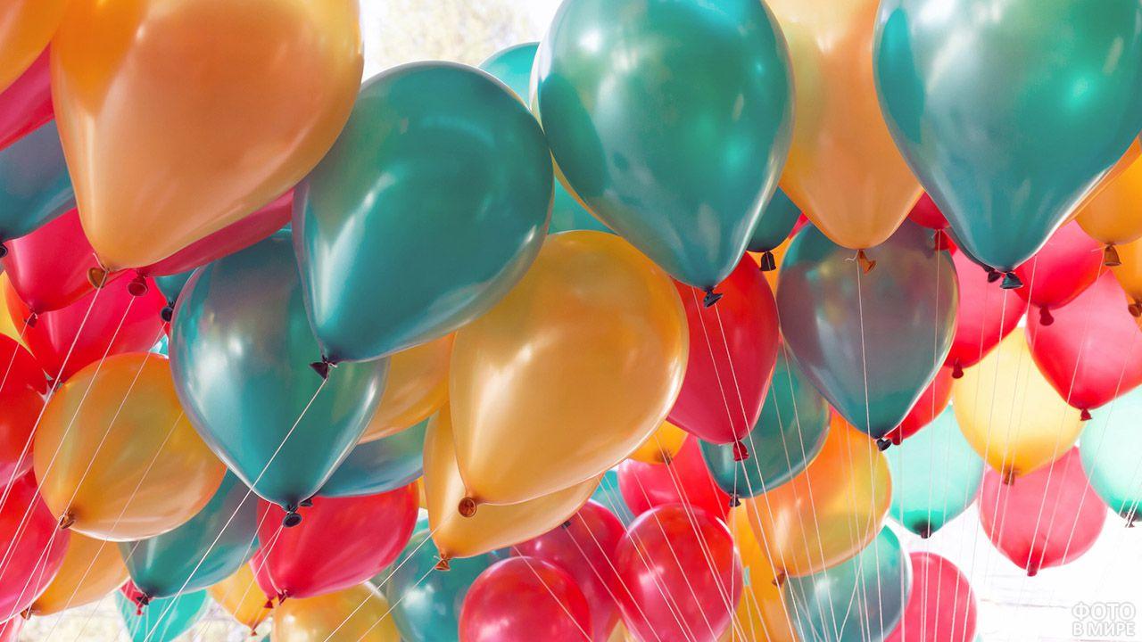 Множество перламутровых воздушных шариков трёх цветов