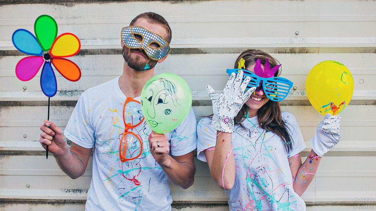 Молодёж дурачится с воздушными шариками в руках