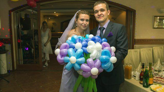 Молодожёны с букетом из воздушных шаров