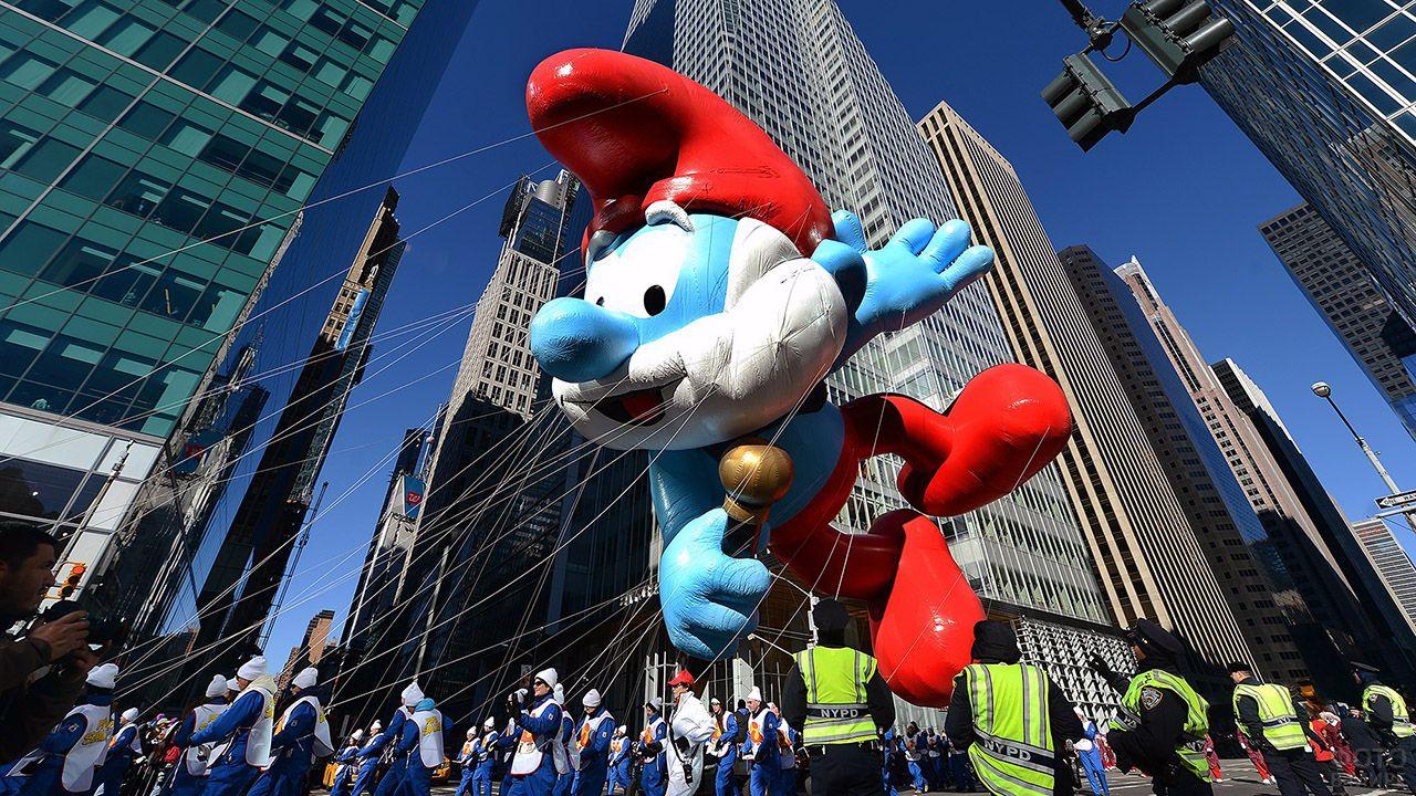 Надувная фигура гнома-смурфа на городском параде