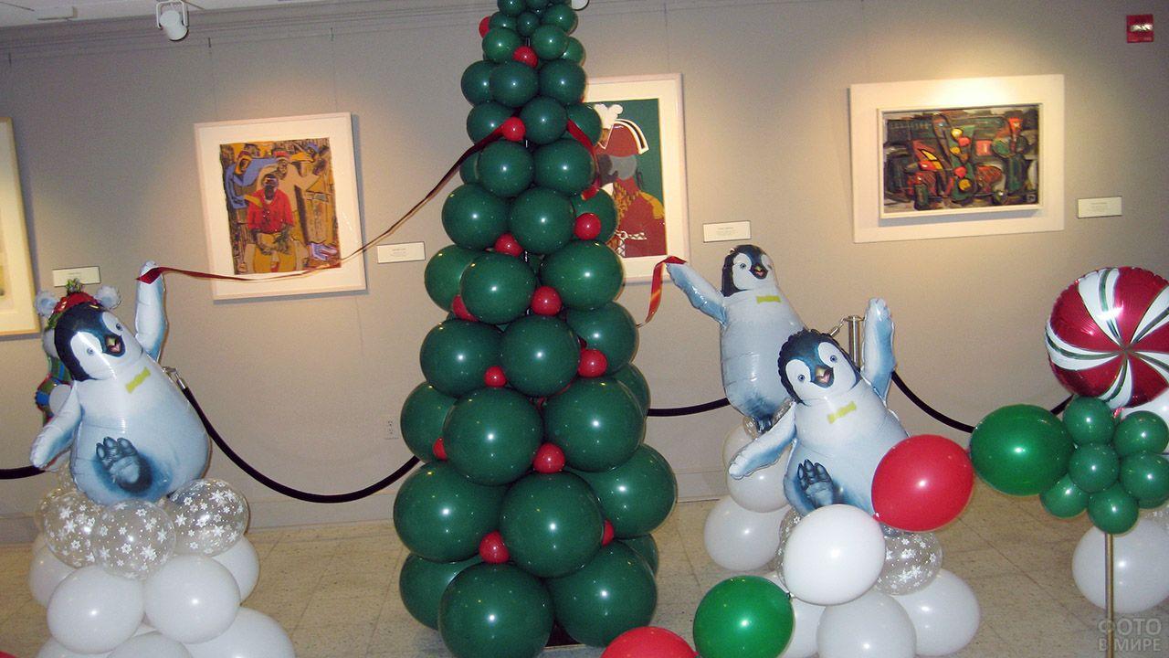 Надувные фигуры пингвинов вокруг ёлки из воздушных шариков