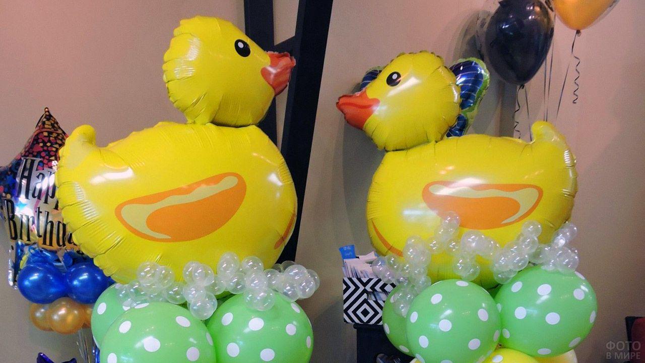 Надувные утята на колоннах из воздушных шариков