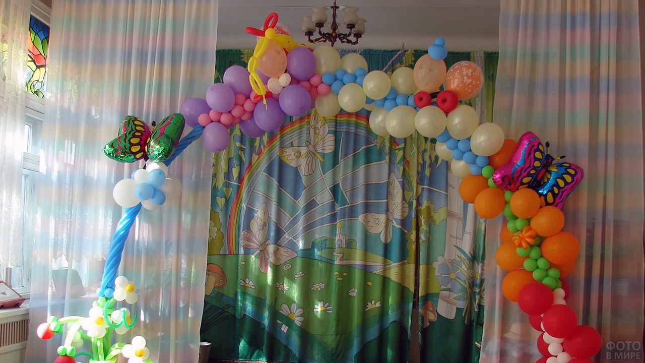 Необычная арка из воздушных шариков разного цвета и размера для детского праздника
