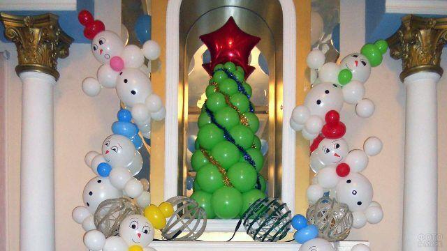 Новогоднее оформление снеговиками у ёлки из воздушных шариков