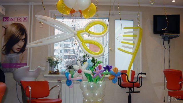 Ножницы и расчёска из воздушных шариков